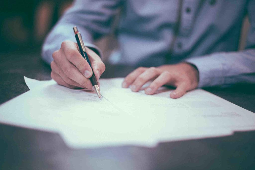 comptable remplissant une fiche d'impôts